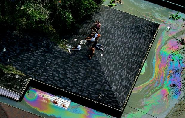 Sobrevivientes del huracán Katrina sobre el techo de una residencia