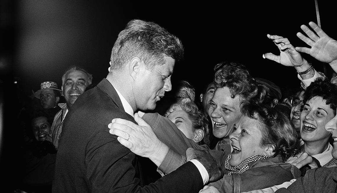 Kennedy abraza a sus seguidores en Denver, Colorado