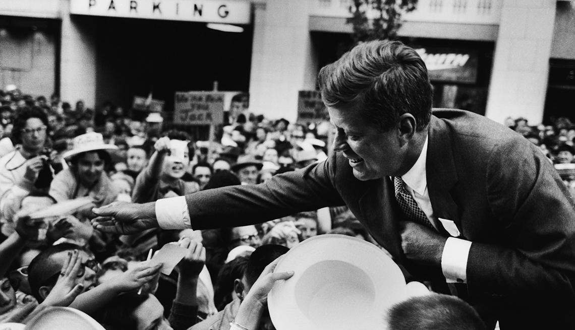 John F. Kennedy saluda a sus seguidores