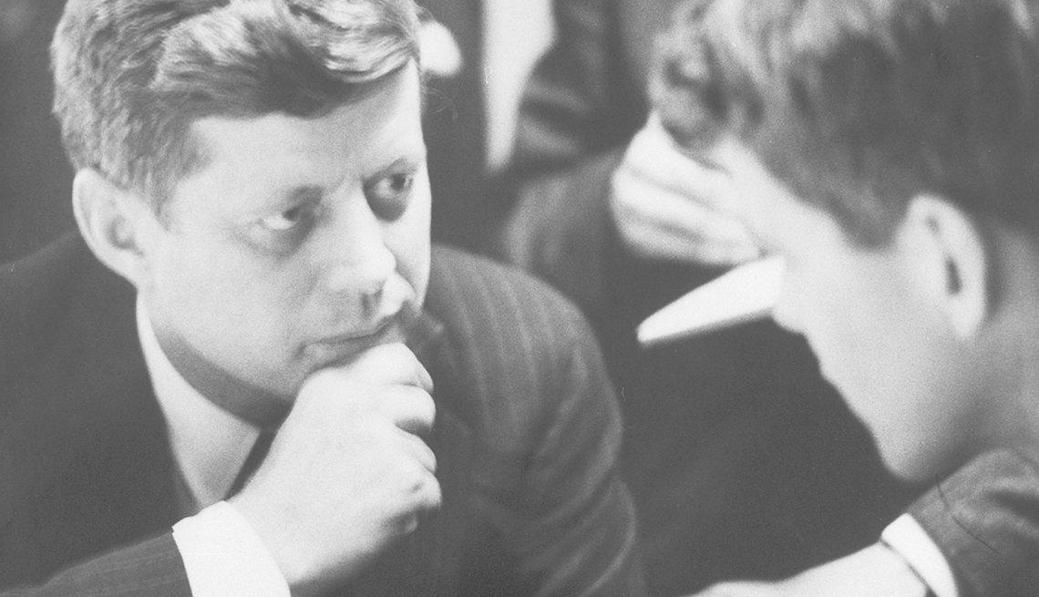 John F Kennedy junto a su hermano Robert durante la campaña
