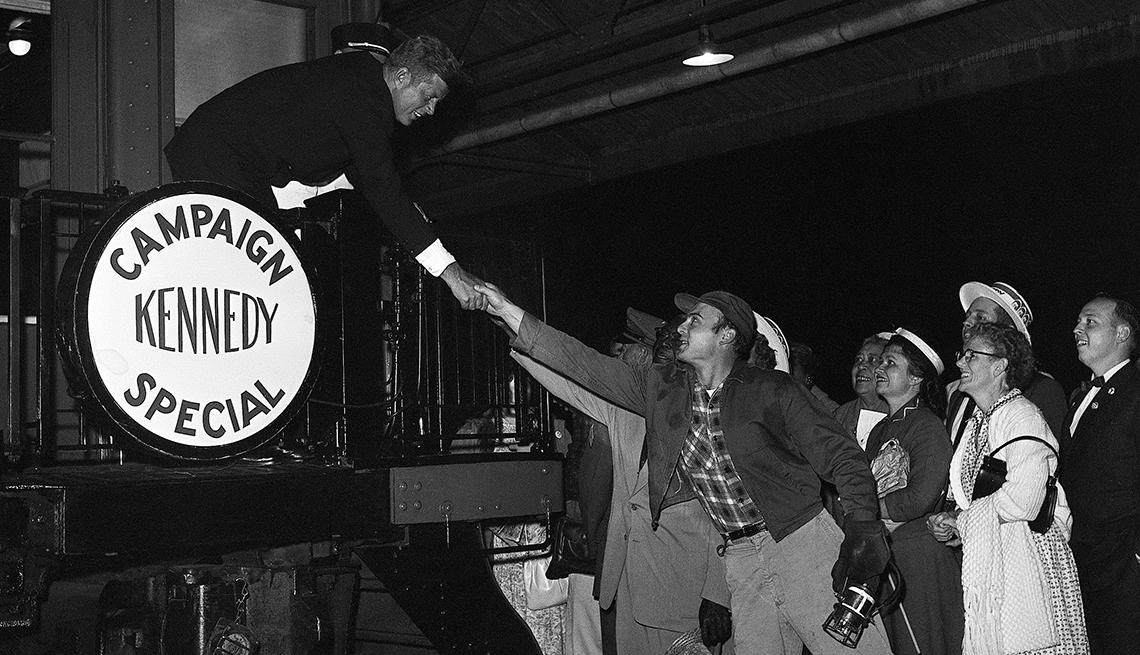 John F Kennedy estrecha la mano de un simpatizante