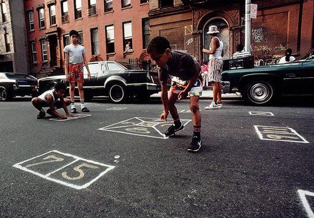 Niños juegan skelly, 1988