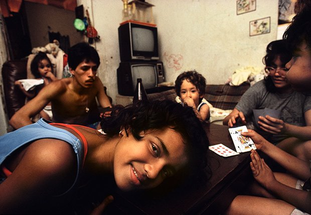 Jugando a la baraja un sábado con la familia Rodriguez, 1987