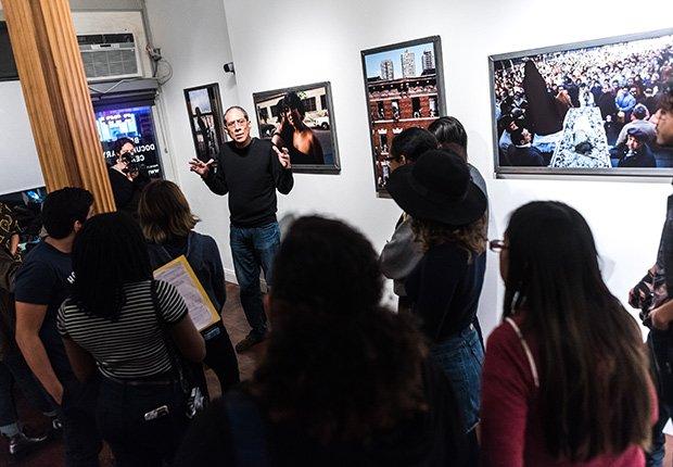 Fotógrafo Joseph Rodríguez se dirige a un grupo de estudiantes en el Bronx Documentary Center