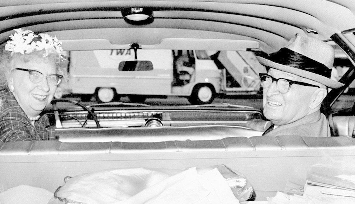 Imagen a blanco y negro de Bess y Harry Truman dentro de un vehículo