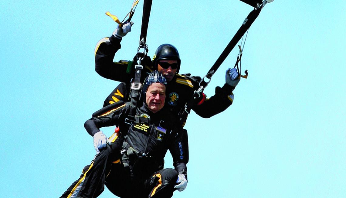 Presidente George H Bush saltando en paracaídas.