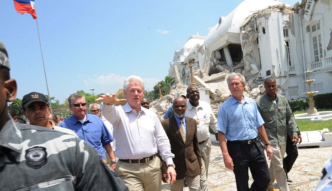 Bill Clinton y George W Bush caminando en Haiti después del terremoto
