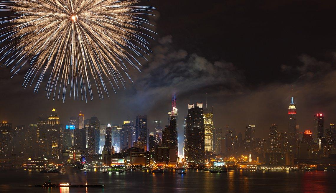 Juegos pirotécnicos del 4 de julio en la bahía del río Hudson en la ciudad de Nueva York