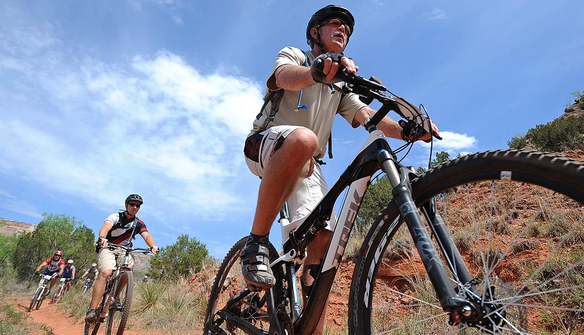 El ex president George W Bush practicando bicicleta de montaña