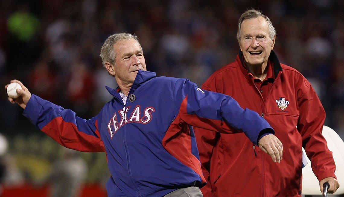 George W Bush y George H Bush en un partido de béisbol