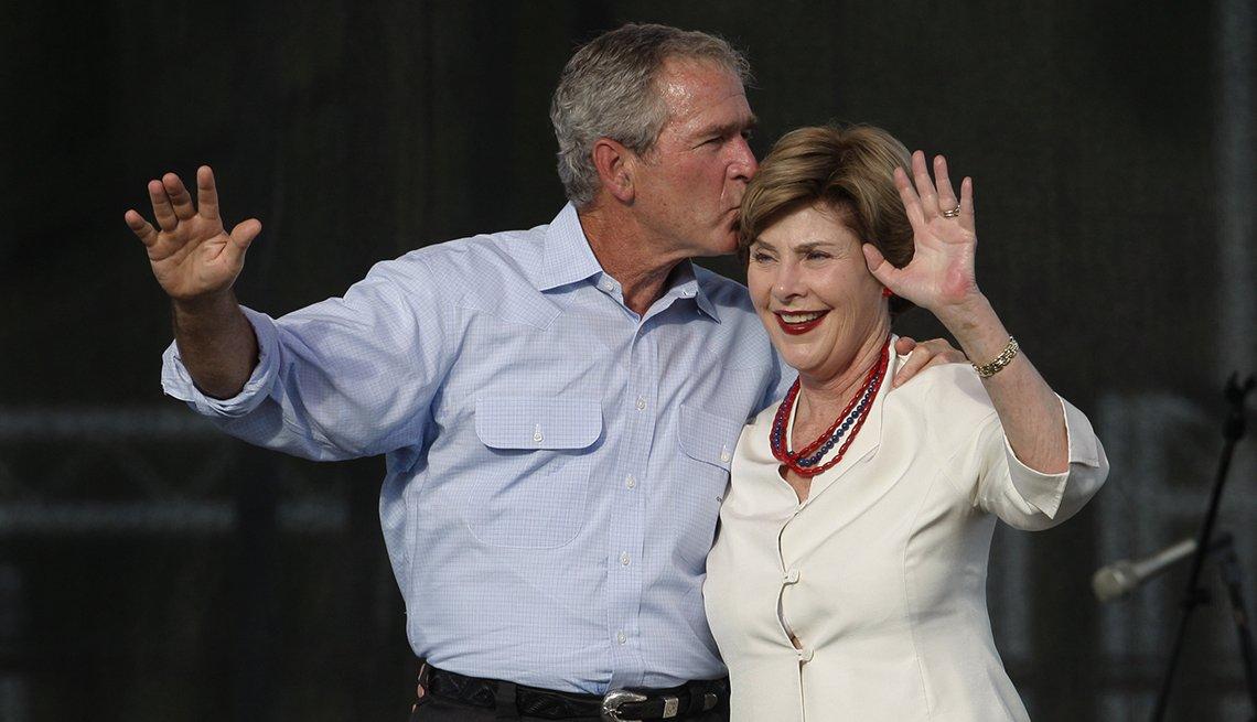 George W Bush besando en la cabeza a su esposa Laura
