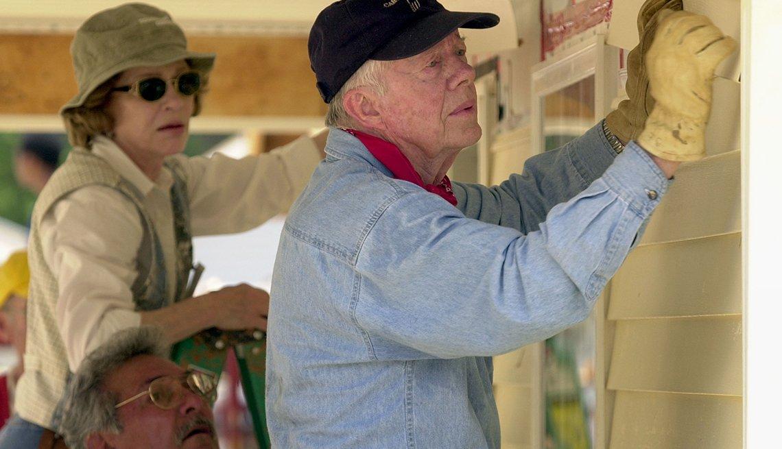Presidente Jimmy Carter ayudando como voluntario al lado de su esposa a construir casas
