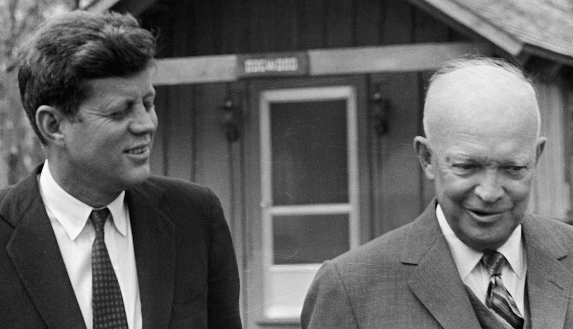 Presidente Kennedy y Eisenhower caminando al aire libre