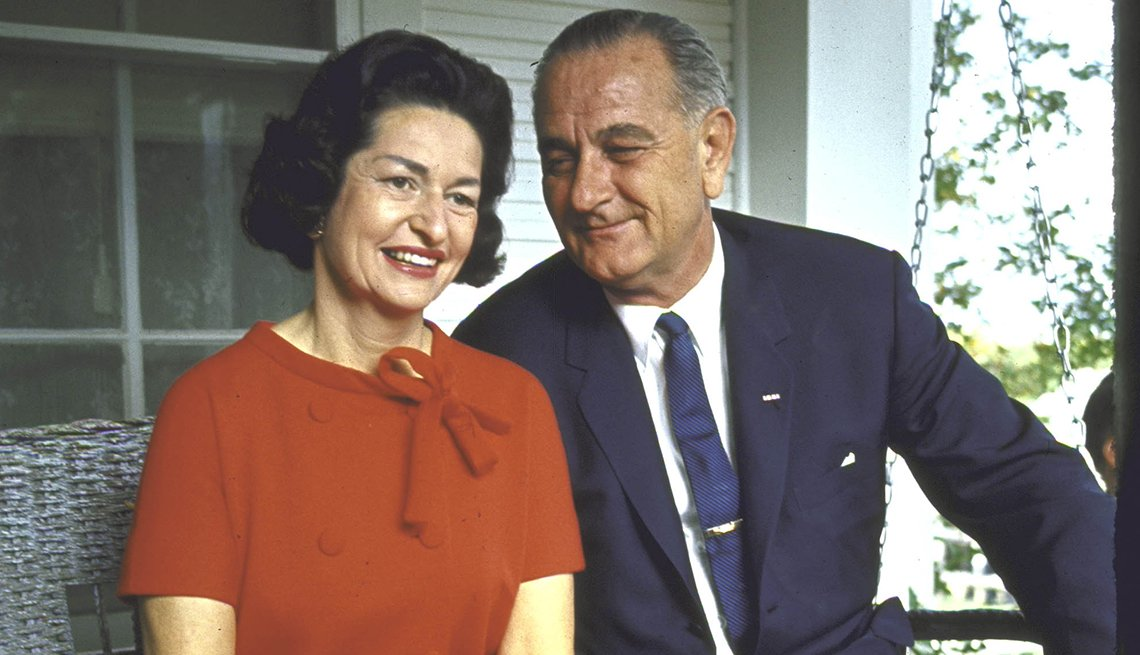 Lady Bird y Lyndon B. Johnson sentados en la entrada de su casa en Texas