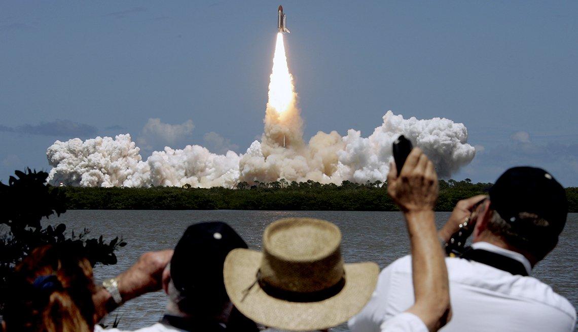 Lanzamiento del transbordador Discovery en el Centro Espacial Kennedy, en Cabo Cañaveral Florida