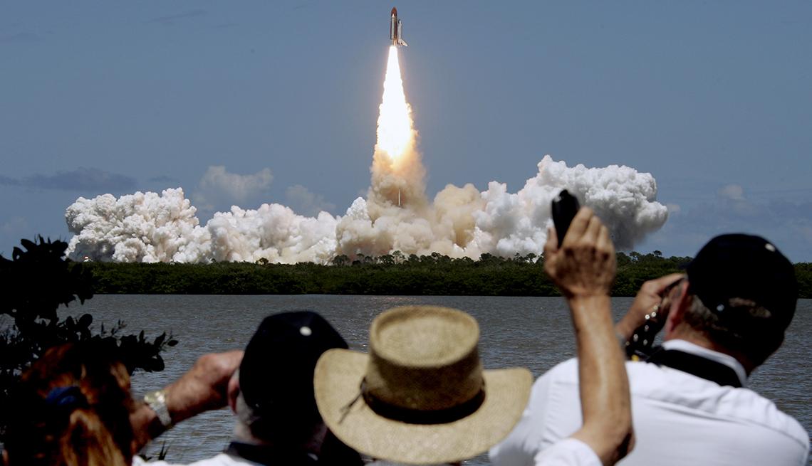 item 10 of Gallery image - Lanzamiento del transbordador Discovery en el Centro Espacial Kennedy, en Cabo Cañaveral Florida