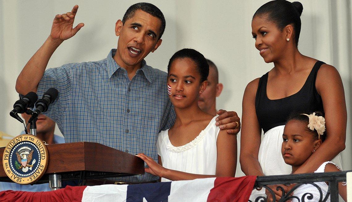 El president Obama con la primera dama y sus hijas Sasha y Malia en un balcón de la casa blanca