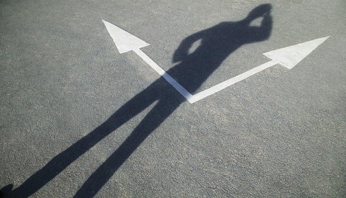 Sombra de un hombre y flechas