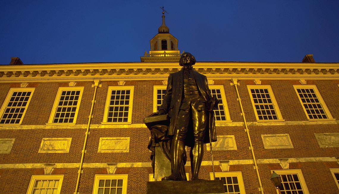 item 6 of Gallery image - Estatua de George Washington en frente del Independence Hall en Filadelfia Pensilvania