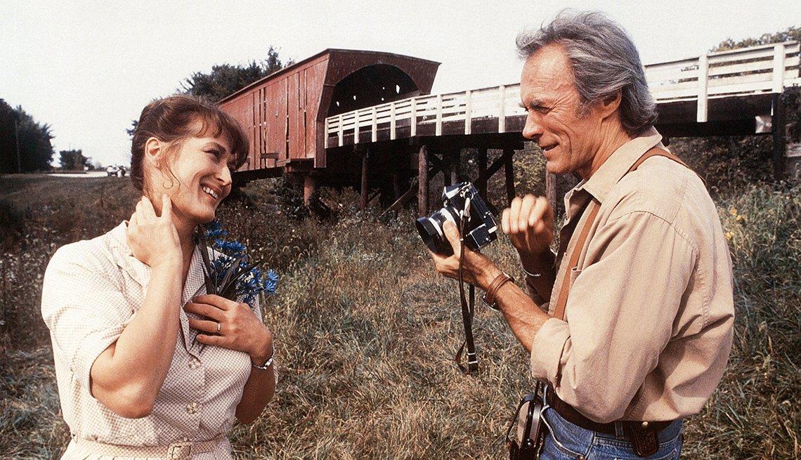 Meryl Streep y Clint Eastwood sosteniendo una camára, imagen de la pelicula Los puentes de Madison