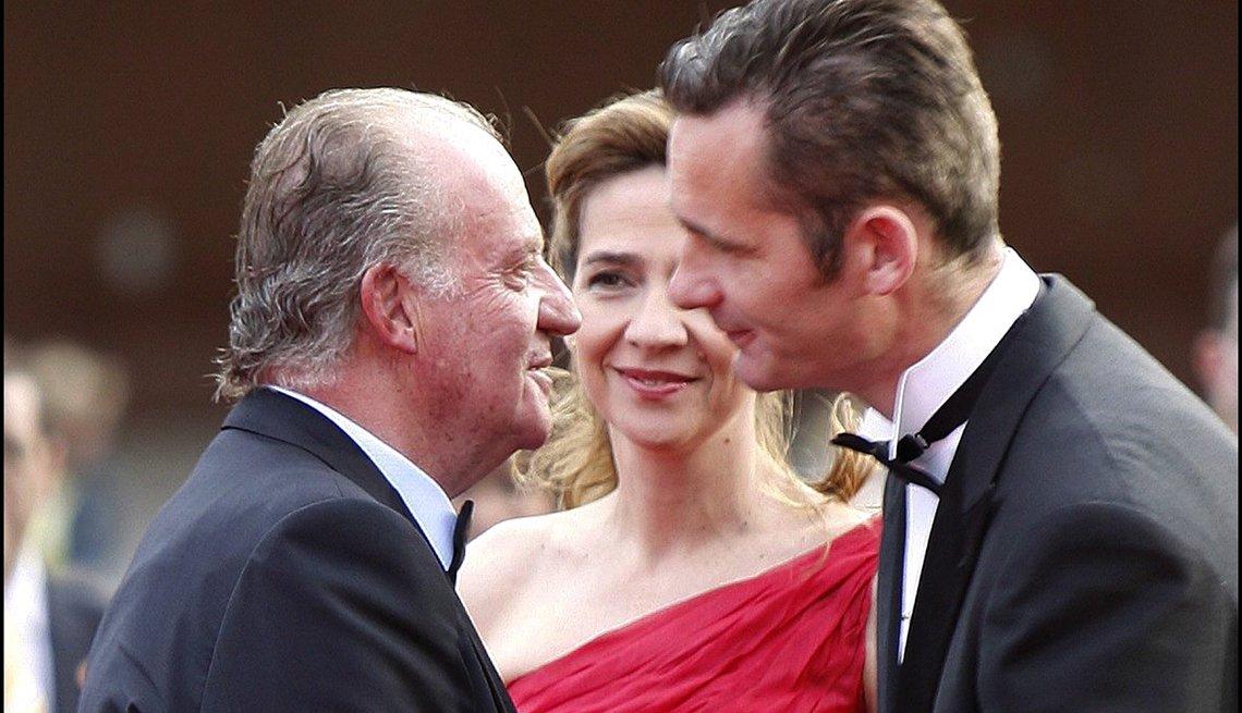El rey Juan Carlos de España con su hija la Infanta Cristina y su esposo Inaki Urdangarin.