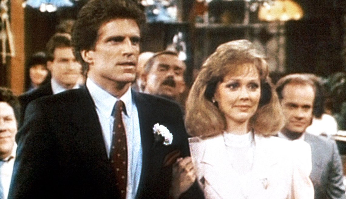 Ted Danson y Shelley Long en programa televisivo Cheers.