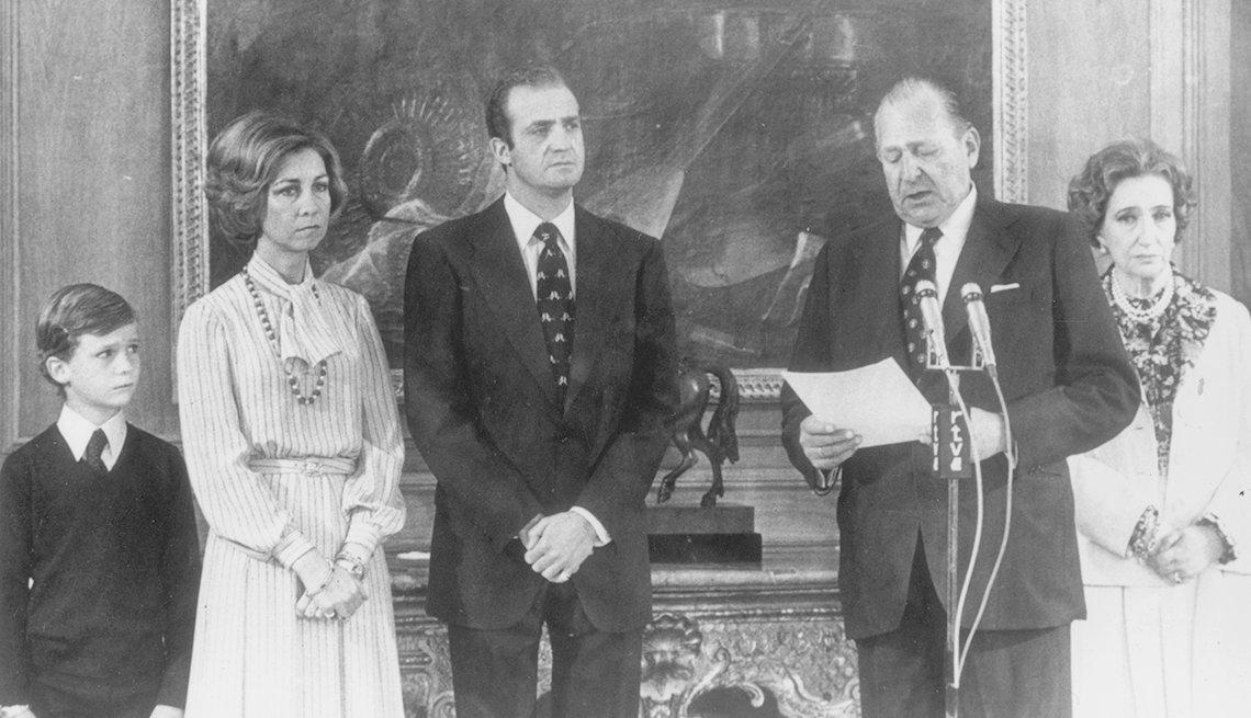 Foto a blanco y negro de familia real de España incluyendo al rey Juan Carlos, la reina Sofia, el príncipe Felipe y el conde de Barcelona con su esposa.