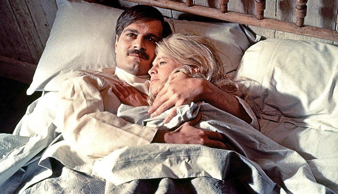 Omar Sharif y Julie Christie estrellas en Doctor Zhivago.