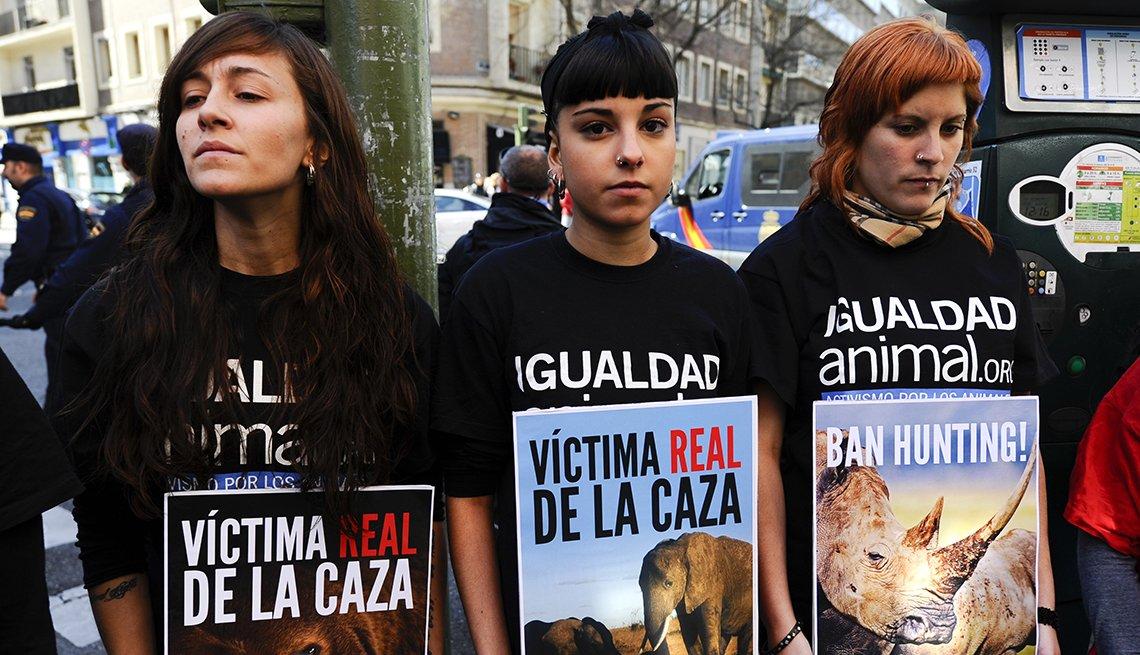 Tres mujeres activistas protestando por los derechos de los animales en España.