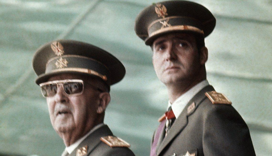 Francisco Franco con su sucesor el príncipe Juan Carlos de Borbon viendo un desfile militar en Mayo de 1973.