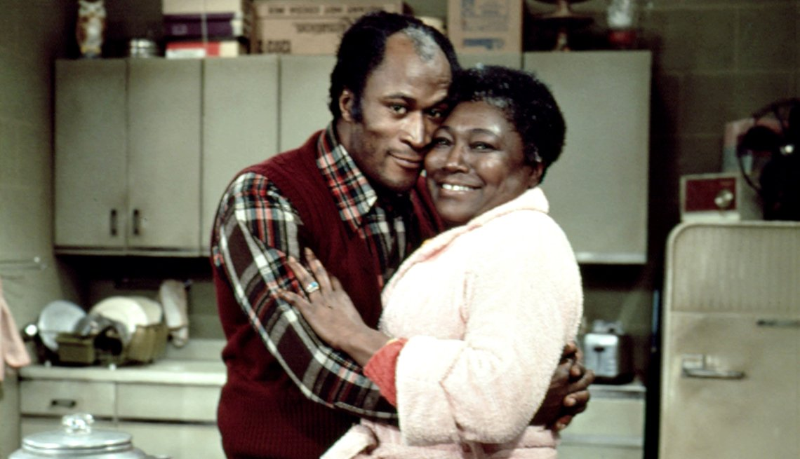 John Amos y Esther Rolle abrazados en imagen de Good Times.