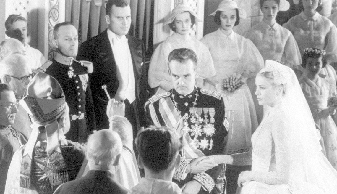 Foto a blanco y negro del matrimonio de Grace Kelly y el Principe Raninier de Monaco.
