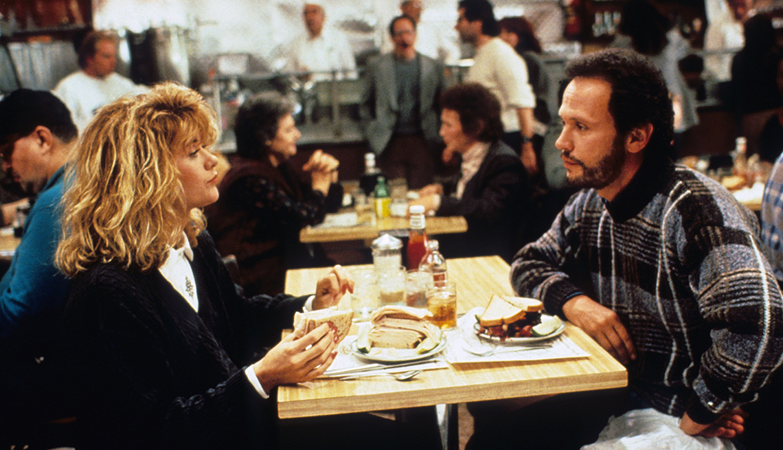 Imagen de Meg Ryan y Billy Crystal sentados en un restaurante en Cuando Harry encontró a Sally.