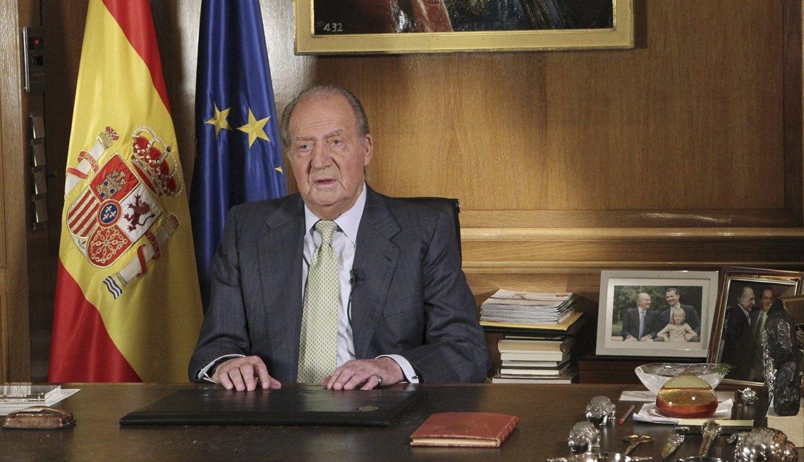 El rey Juan Carlos de España en su escritorio durante un discurso en el que abdico el trono.