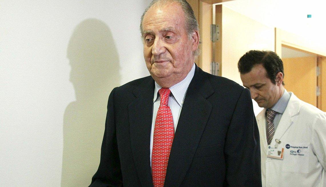 El rey de España Juan Carlos saliendo del hospital San Jose en Madrid.