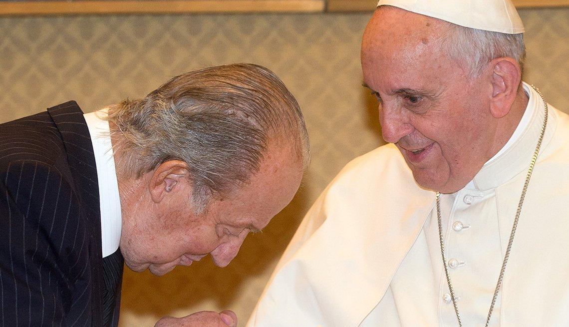 El rey Juan Carlos de España besando la mano del Papa Francisco en la ciudad del Vaticano.