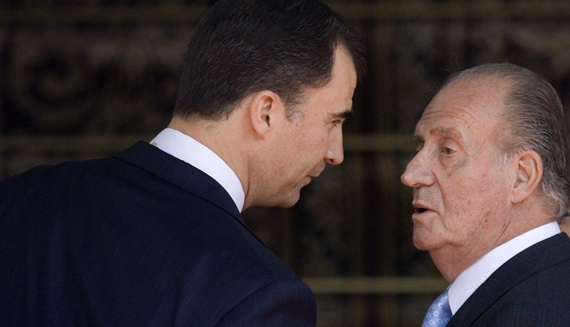 El principe Felipe habla con el príncipe el rey Juan Carlos.