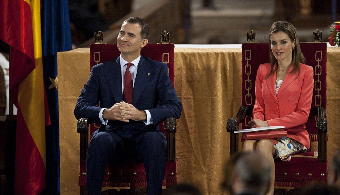 El principe Felipe de España y su esposa la princesa Letizia sentados durante una ceremonia.