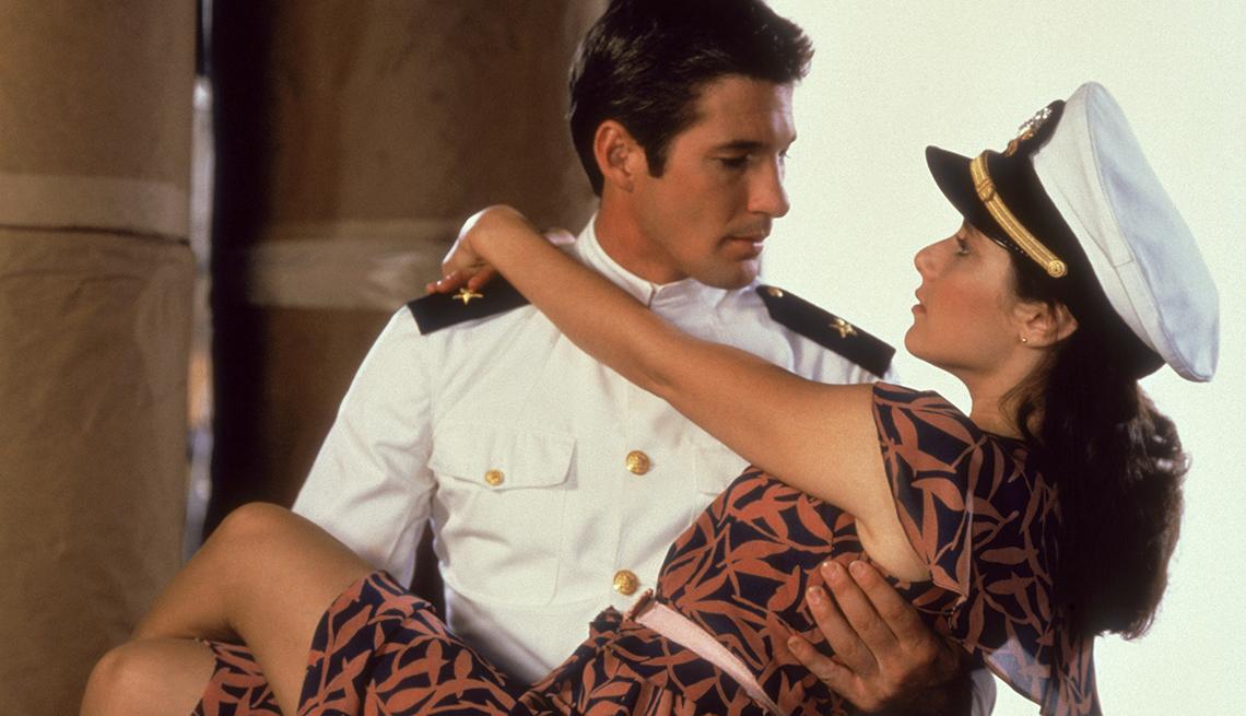 Foto de Richard Gere cargando en sus brazos a Degra Winger de la película Oficial y Caballero.