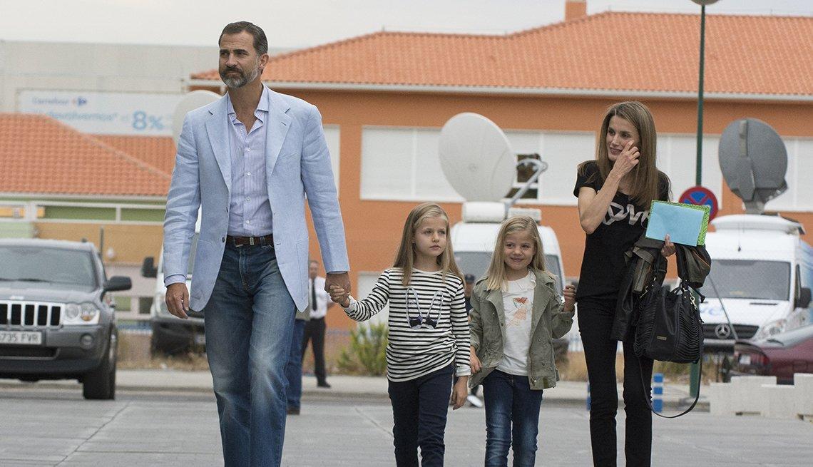 El princípe Felipe con sus hijas y la princesa Letizia en Madrid, vestidos en ropa casual.