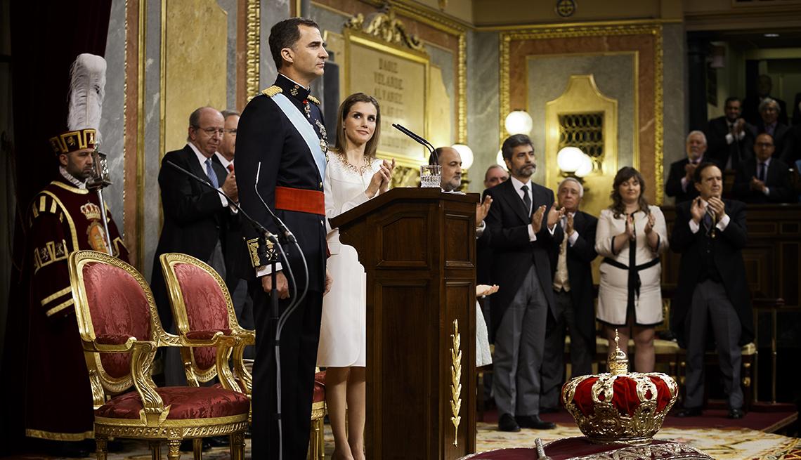 El nuevo rey de España Felipe VI junto a la reina Letizia luego de su coronación.