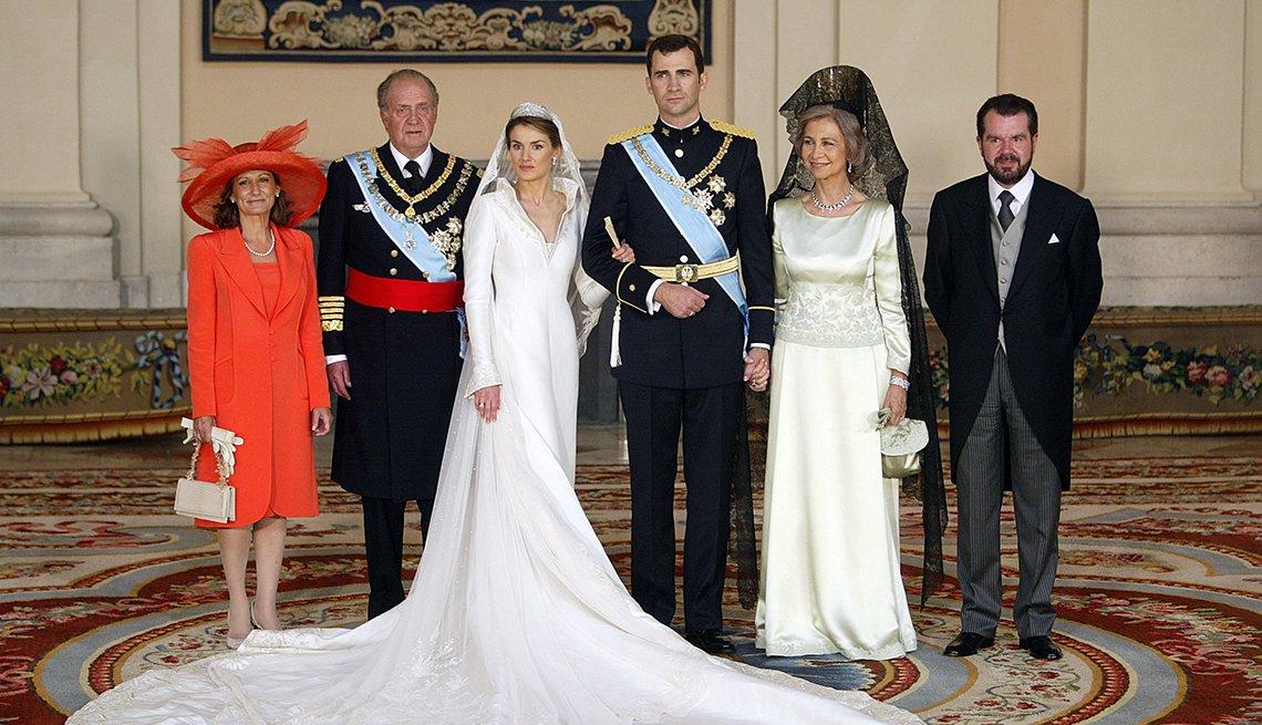 La familia real española posando para una foto el día del matriomino del principe Felipe con la princesa Letizia.