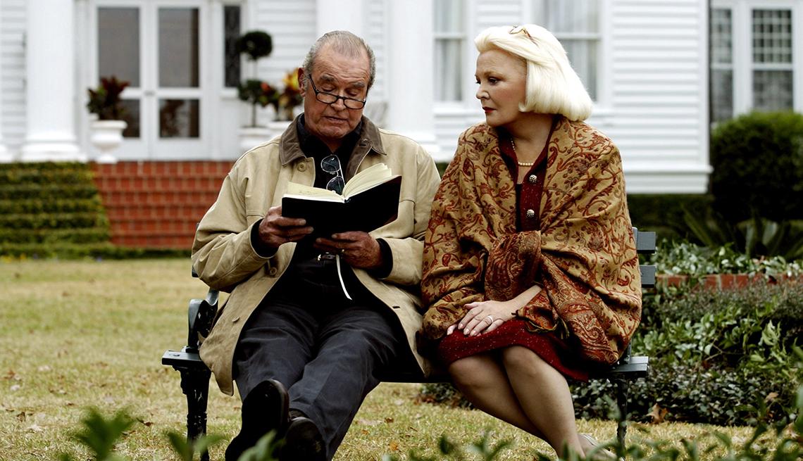 Foto de  la película The Notebook con James Garner y Gena Rowlands sentados en un jardín leyendo
