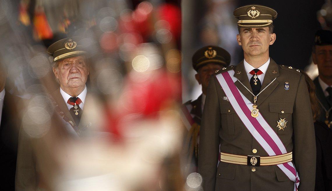 El rey Juan Carlos de España y su hijo el principe Felipe vestidos en traje formal militar.