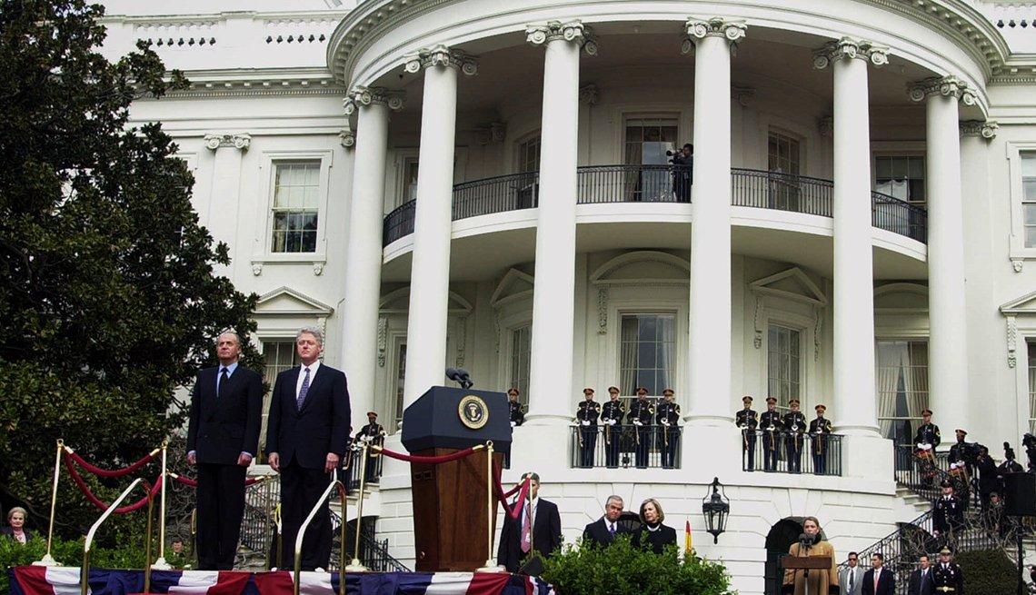 El presidente Clinton y el rey Juan Carlos de España en el jardín de la Casa Blanca.
