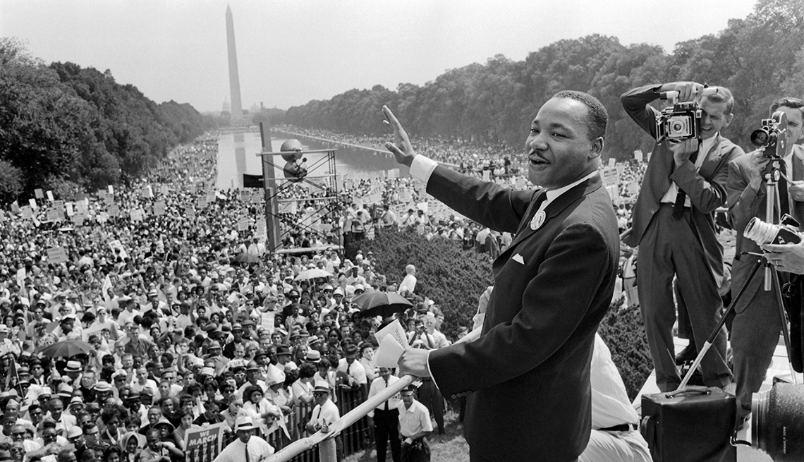 martin luther king waves to supporters on the washington mall during the march on washington