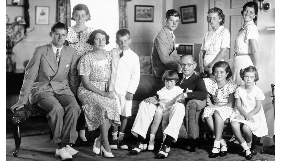 Retrato de la familia Kennedy en la década de 1930, en la sala de su casa en Brookline, Massachusetts.