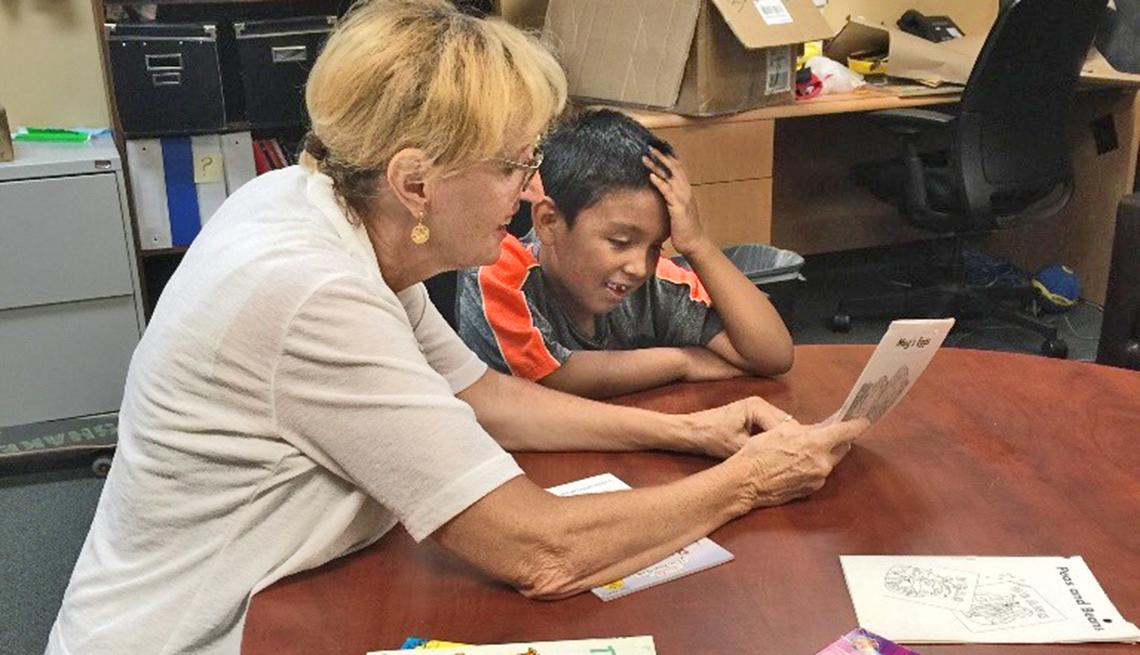 Gwen Ginocchio instruye a un niño.