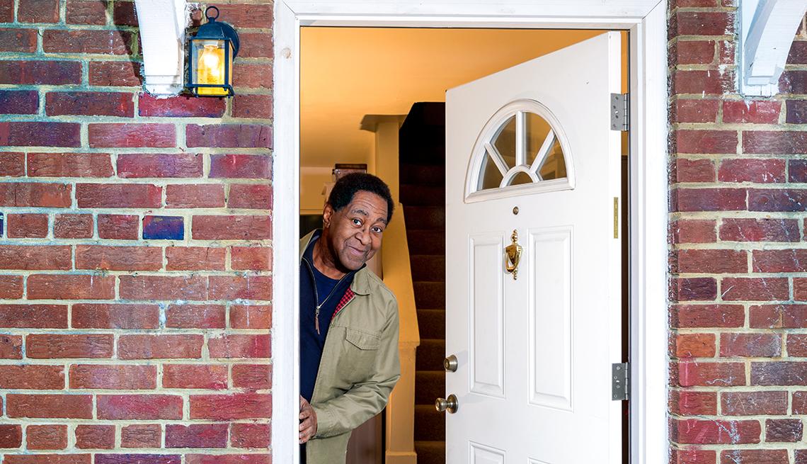 Melvin Phillips en la puerta de su casa.