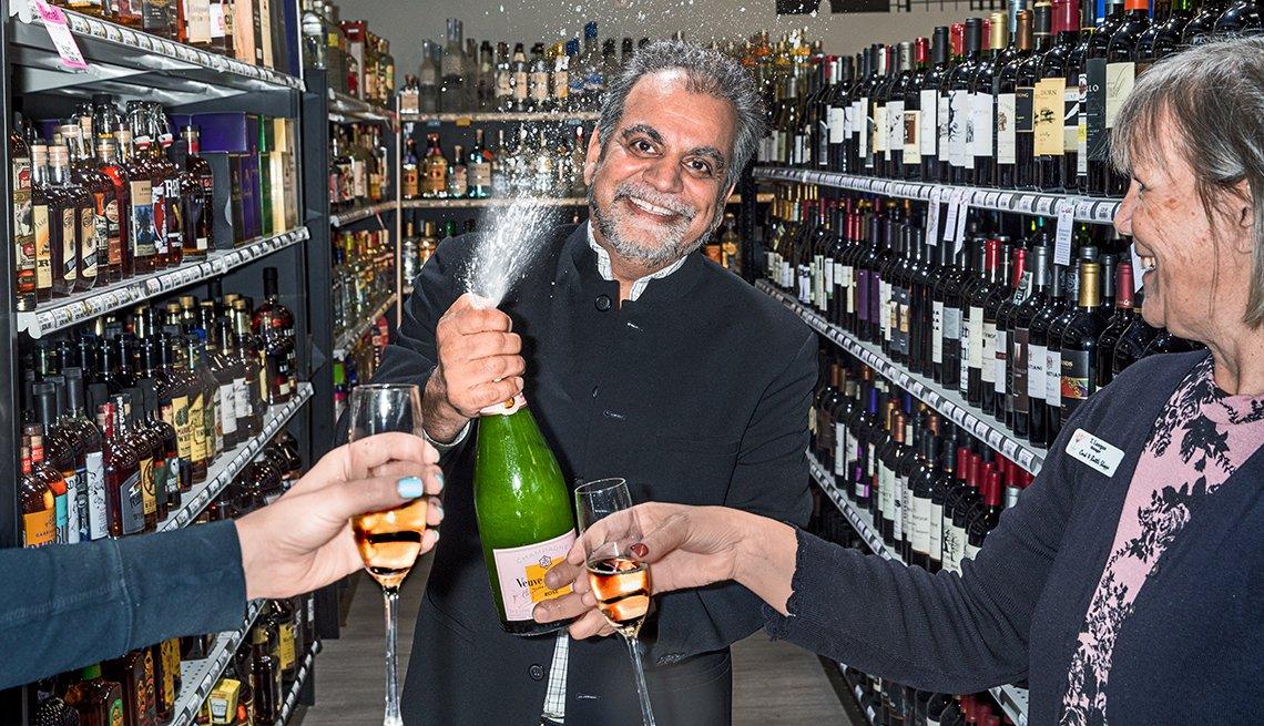Saleem Noorani abre una botella de vino espumoso.